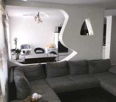 Top sanierte 4 Zimmer Wohnung mit Fahrstuhl, Balkon, EBK, Vollbad und Stellplatz in schöner Lage!