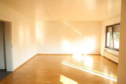 Helle 3-Zimmer-Wohnung mit Balkon und Einbauküche in Hattersheim