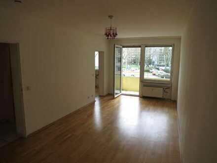 Renovierungsbedürftige 2 Zimmerwohnung mit Balkon inkl. TG- und Außenstellplatz in Eschborn!