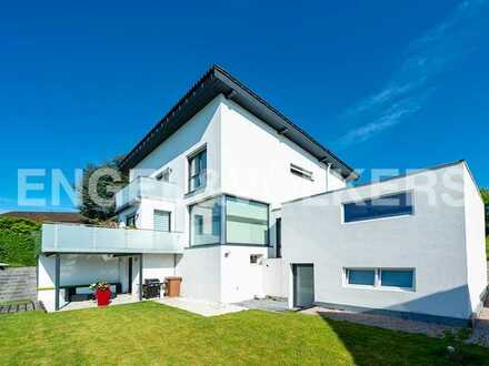 Modernes Haus in naturnaher Aussichtslage.