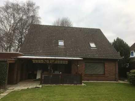 Sanierte 4-Zimmer-Erdgeschosswohnung mit überdachter Terrasse und EBK in Heide, WG-geeignet