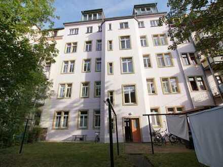 Zentral gelegen! Schöne, helle 3-Zimmer-Wohnung im denkmalgeschütztem Mehrfamilienhaus!