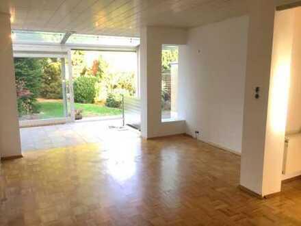 Geräumige, vollständig renovierte 2-Zimmer-EG-Wohnung mit 180qm Garten