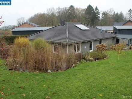 Ascheffel: Modernes Wohnhaus mit teilgewerblicher Nutzung in ruhiger Lage
