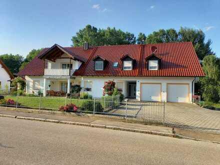 Neuwertige 4-Raum-Loft DG-Wohnung mit Balkon und Einbauküche in Langwaid