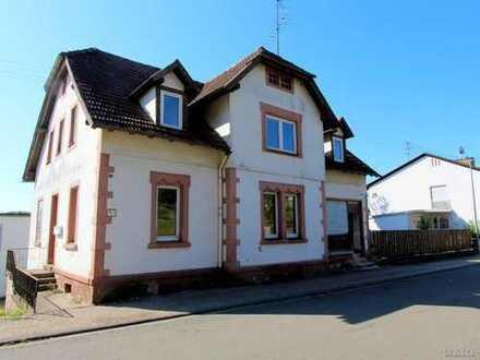 Geräumiges Einfamilienhaus mit aufwändigem Renovierungs- und Sanierungsbedarf