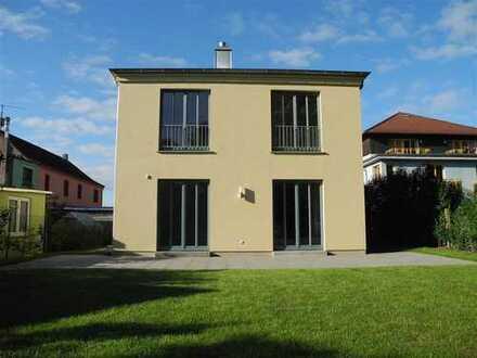 NEU: Großzügiges Stadthaus in zentraler Lage - Einbauküche - zwei Bäder - Terrassen.....