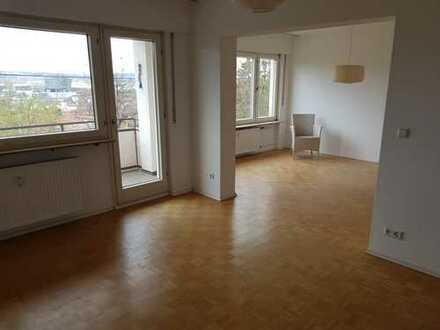Stilvolle, gepflegte 4-Zimmer-Hochparterre-Wohnung mit Balkon und EBK in Stuttgart