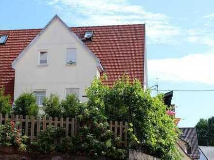 3,5- Zimmer-Dachgeschosswohnung mit zusätzlich ausgebautem Spitzboden, EBK und großer Garage!