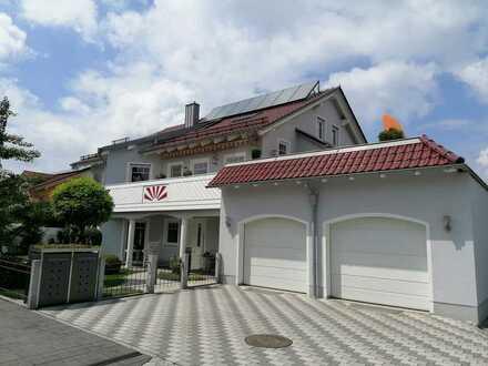 Stilvolle und großzügige 4 ZKB Wohnung mit sonnigem Balkon und Dachterrasse