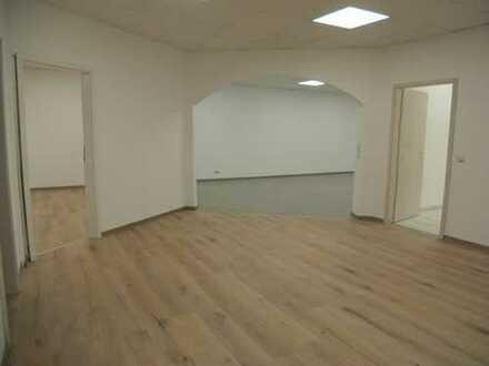 Provisionsfrei ! FRISCH RENOVIERT - 1 Großraum, 2 Büroräume, 1 Abstellraum, Teeküche und Bad