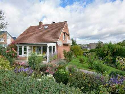 KVBM bietet an: Großzügiges Einfamilienhaus mit Garage und Keller in ruhiger Wohnlage!