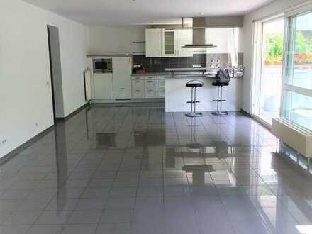 Stilvolle, geräumige und gepflegte 3-Zimmer-Wohnung mit Terrasse und Einbauküche in Stuttgart