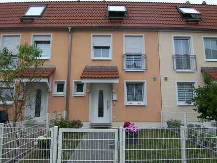 Energieeffizienzhaus: Modernes, helles 5-Zi.-RMH mit Terrasse und kleinem Garten in Fechenheim