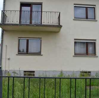 Sanierungsbedürfiges Zweifamilienhaus in beliebter, ruhiger Lage mit großem Grundstück