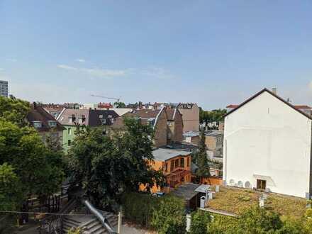 Über den Dächern der Weststadt: Neu sanierte Altbauwohnung mit traumhafter Dachterrasse