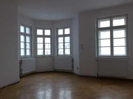 1-Zimmer in stilvollen 5-Zimmer-Altbau-Wohnung hinterhalb der Fußgängerzone