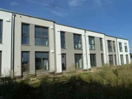 Neubau/Erstbezug: Attraktive 3 Zimmer-Reihenhauswohnung mit sonniger Terrasse u. Garten, Wohnfl 85m²
