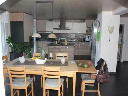 Schöne helle 6 Zimmerwohnung in ruhiger Lage mit moderner Einbauküche