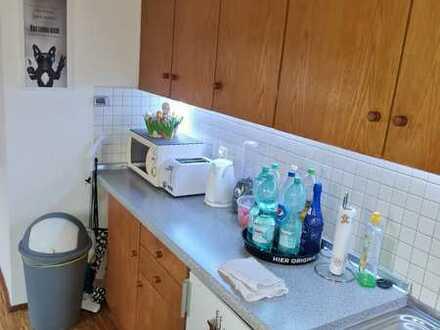 Gepflegte 1-Raum-DG-Wohnung mit Balkon und Einbauküche in Holzheim