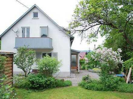 Ältere Doppelhaushälfte mit Hofraum und schönem Garten in idyllischer Randlage