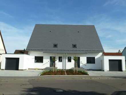 Neuwertige Doppelhaushälfte mit Garten und Garage/ Stellplatz