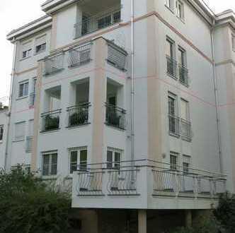 Schöne Wohnung mit Parkettboden, Außenjalousien und großem Balkon