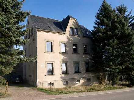 Zwei vermietete und drei freie Wohnungen mit Nebengelass im Grünen