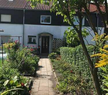 Reihenmittelhaus mit Gartenanteil, Sanieren nach eigenen Wünschen, mit Gartenhaus