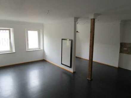 Wie wäre es mit einem 43m² Wohnzimmer? Bad mit Du. und Wanne!