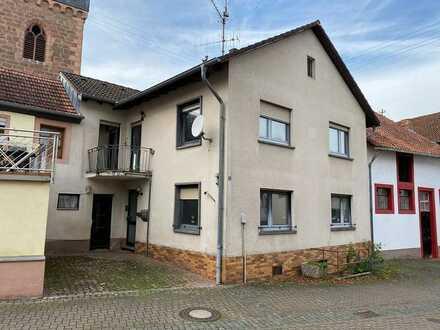 Sanierungsbedürftiges Einfamilienhaus mit PKW-Stellplatz in zentraler Lage