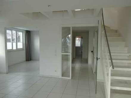 Stilvolle 2,5-Zimmer-DG-Maisonette Wohnung mit Balkon und EBK in Lübeck