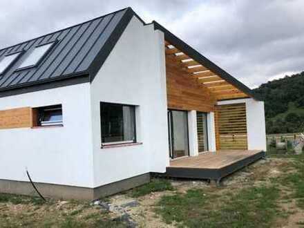 4 freistehende Chalets 70+ Smart Homes auf 1300 m² Grundstück zum attraktiven Preis.