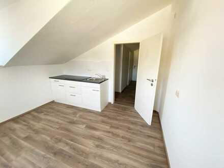Renovierte 2-Zimmer DG Wohnung mit neuer Küche in Weiden West