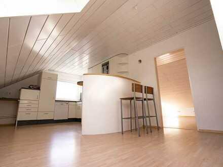 Helle, vollständig renovierte 2-Zimmer-DG-Wohnung mit Einbauküche in Frankfurt am Main