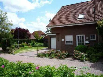 Doppelhaushälfte mit Garage (Eckgrundstück) in Hooksiel von Privat
