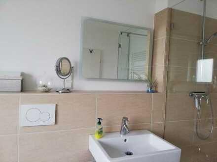Weibliche Bewohnerin Eigenes Badezimmer mit eigenes dusche und badewanne