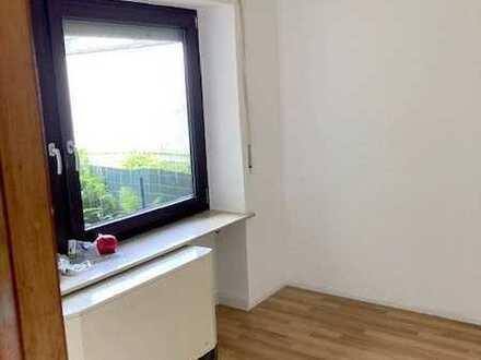 Stadtnah! Dein neues Zuhause: Renoviertes Apartment im Gartengeschoss mit Terrasse