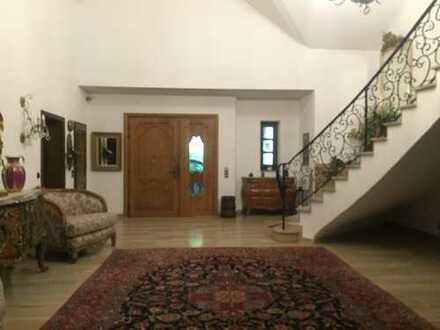 Neu renoviert Villa mit 600qm Wohnfläche zu vermieten