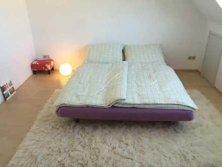 Helles, ruhiges Zimmer in Dachgeschosswohnung (*Berufstätigen-WG*)