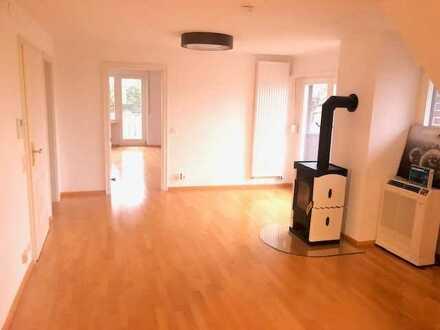Großzügige Dachgeschosswohnung in schöner und ruhiger Lage für Pärchen oder Single.