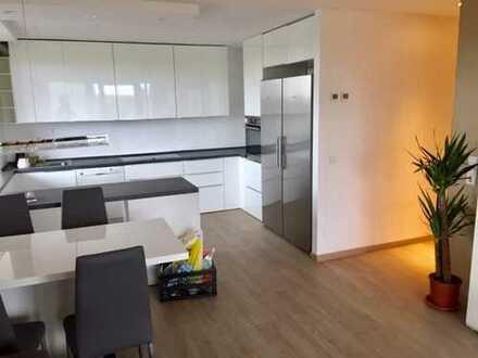 Geschmackvolle 3-Raum-Penthouse-Wohnung mit Balkon und Einbauküche in Mettmann