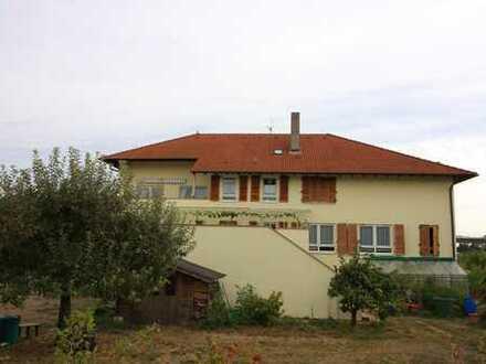 Großzügiges Zweifamilienhaus im toskanischen Stil mit Fahrzeughalle und Gewerberäumen