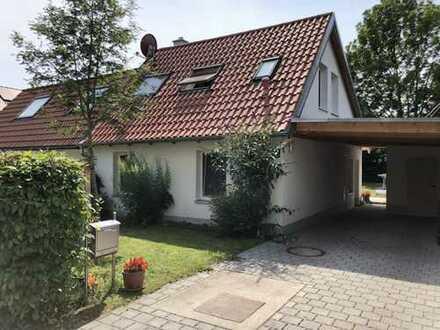 Liebevolle, kleine Doppelhaushälfte mit großem Garten – Ihre grüne Oase in Moosach (Erbpacht)