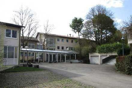 Großzügiges Grundstück mit 3 ehem. Appartement- und Gaststättengebäuden sowie 7 Garagen