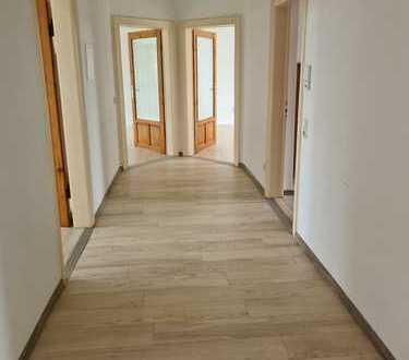 Erschwingliche und vollständig renovierte 4-Zimmer-Terrassenwohnung mit EBK und Terrasse in Löbau