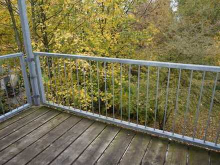 1. OG - NEUES LAMINAT nach WUNSCH - Bad mit Dusche + Fenster - Balkon