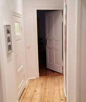 Ruhiges Dielenzimmer in 3 Zimmer Altbauwohnung zu vermieten