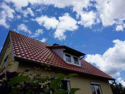 Freistehendes Einfamilienhaus mit Nebengebäude auf ebenem Grundstück in ELLENBERG