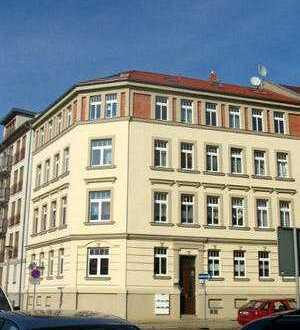3,5 Zi-DG-WE mit Balkon, Laminat, off. Küche und Ebk und Bad mit Eckbadewanne im Charlottenviertel
